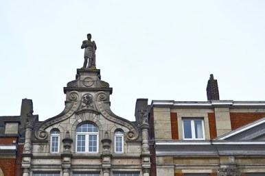 Escultura cornisa fachadas tradicionales Lovaina Flandes