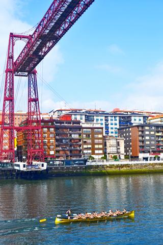 Traineras entrenando ría Bilbao Puente Colgante Bizkaia