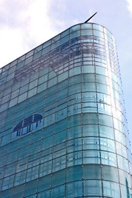 Rascacielos cristal azul zona comercial compras Manchester