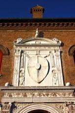 Escudo blanco escultura Palacio Schifanoia Ferrara