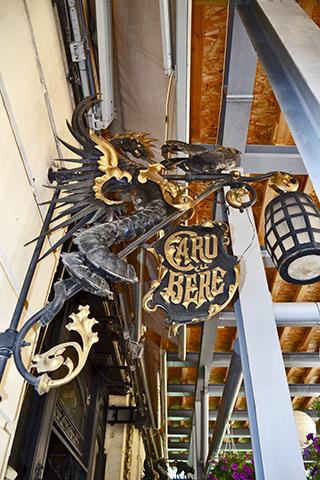 Dragón farol entrada Caru Cu Bere Bucarest