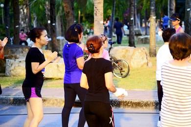 Taichi y ejercicio físico aire libre Parque Lumpini Bangkok