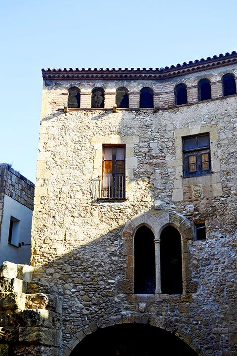 Fachada medieval piedra Ca l'Agapito Plaza Pallol Tarragona