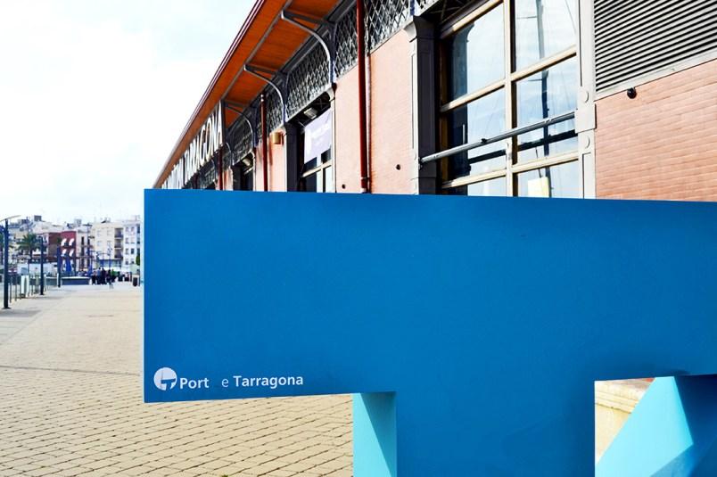 Escultura T azul Serrallo paseo Puerto Tarragona