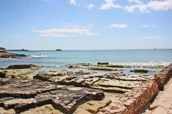 Canals i coves tallades en pedra en el jaciment arqueologic dels Banys de la Reina
