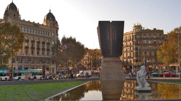 Reflejos fuente escultura Plaza Catalunya centro histórico Barcelona