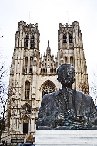 Escultura y fachada Catedral San Miguel y Santa Gúdula Bruselas