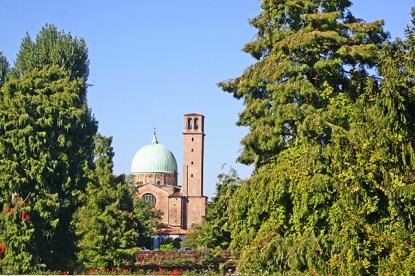 Fachada cúpula iglesia San Benedicto 1195 árboles Padua
