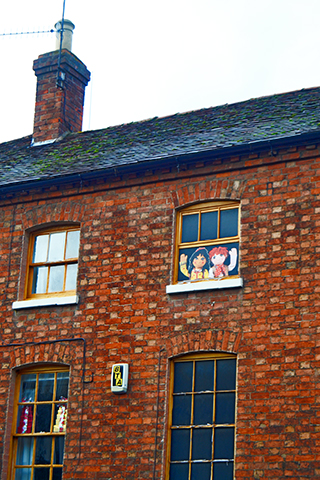 Ilustración niños saludando ventana Stratford-Upon-Avon
