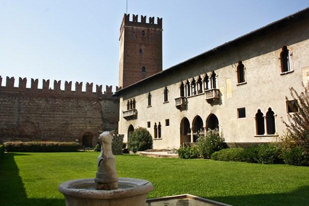 Patio interior fuente jardín muralla Castelvecchio Verona