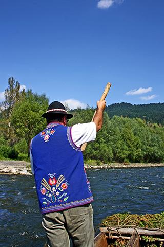 Balsero espaldas traje azul tradicional balsas madera descenso río Dunajec Polonia