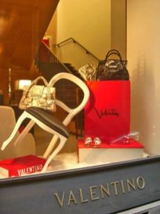 Escaparate colección bolsos tienda moda Valentino Via Monte Napoleone Milán