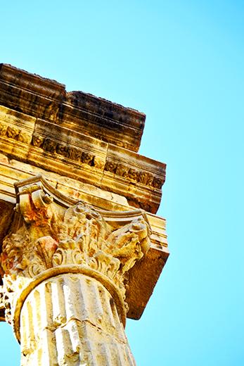 Columna i cornisa en el forum de la colonia