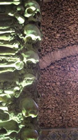 Columna calaveras y huesos Capilla dos Ossos Evora