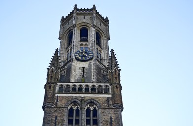 Vista cenital torre reloj campanario Brujas