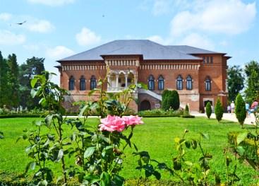 Jardín exterior flores palacio Palacio Mogosoaia Rumanía