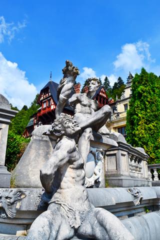 Estatua y escultura tritón entrada Castillo Peles Sinaia Rumanía