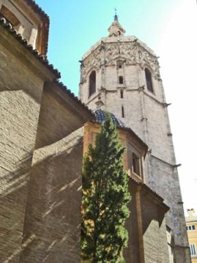 Contemplant el Micaelet cami de la Catedral