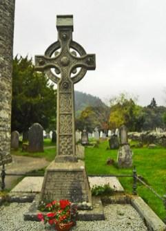 Cruz tumba celta cementerio Glendalough Wicklow Irlanda