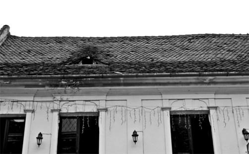 Ojos tejados casas Brasov Rumanía blanco y negro
