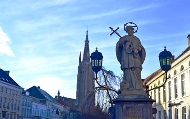 Estatua Nepomuceno plaza Brujas