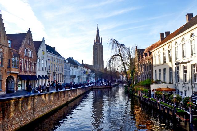 Canal río Dijver Vrouwekerk Brujas