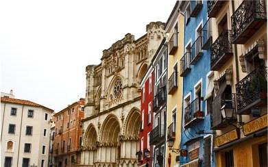Terrazas casas colores fachada Catedral Cuenca