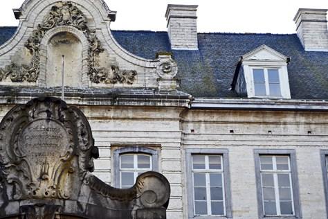 Fachada neoclásica ventanales Universidad Lovaina Flandes