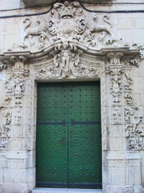 Decoración relieve barroco puerta verde plaza Santa Faz Alicante