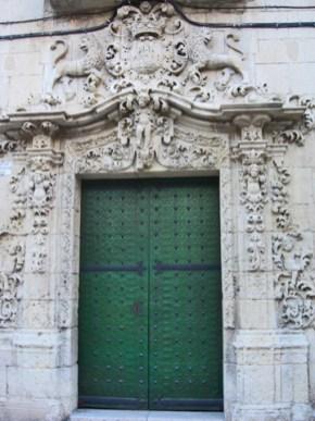 Decoración relieve barroco puerta verde plaza Santa Faz Alicante