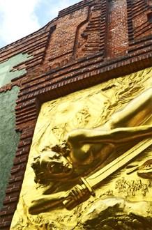 Relieve dorado espada fachada ladrillo Bottcherstrasse Bremen