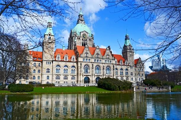 Lago fachada renacentista ayuntamiento nuevo Hannover Alemania