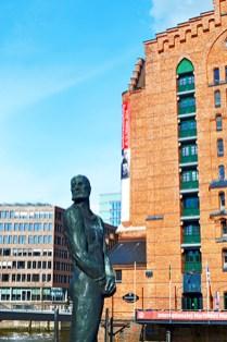 Escultura pirata Klaus Stortebeker canales Hamburgo
