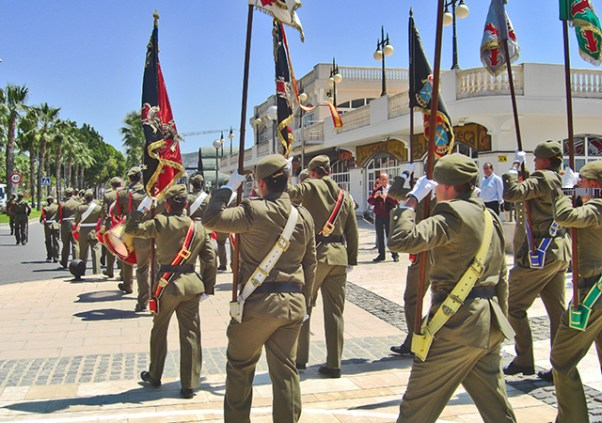 Desfile militar del ejercito de tierra junto a la plaza Heroes del Cavite
