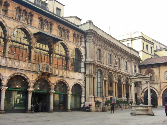 Edificios medievales pozo piazza Mercanti Milán