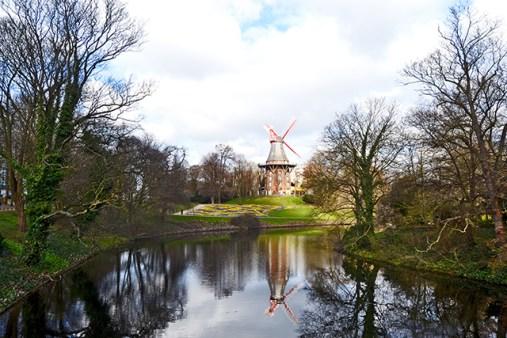 Molino madera reflejo río parque Kaffeemühle Bremen