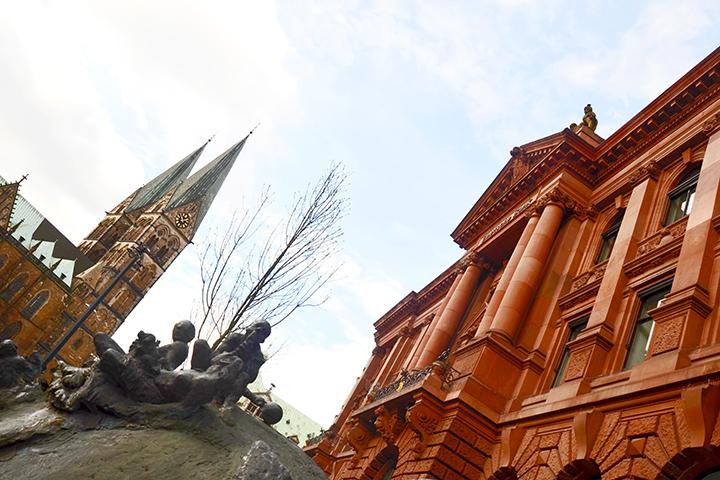 Escultura hombres fachada rosa edificio torres Catedral Bremen Alemania