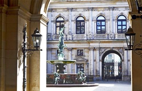Patio interior barroco fuente escultura Rathaus Hamburgo
