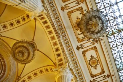 Lámpara cristales dorada salón Parlamento de Bucarest