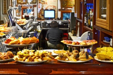 Pinchos bandejas tascas bares centro histórico san Sebastián Donosti