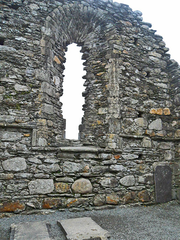 Ventana fachada iglesia St Mary Glendalough Condado Wicklow Irlanda