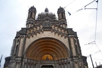 Fachada arco Iglesia modernista Santa María Schaerbeek Bruselas