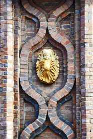 Relieve bebé dorado fachada muro ladrillo Hauptbahnhof calles Oldenburg Alemania