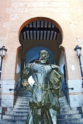 Escultura Cervantes Arco de la Sangre Toledo