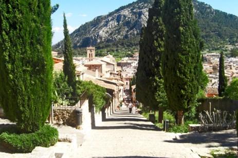 Camino Calvario vistas centro histórico ciudad Pollença Mallorca