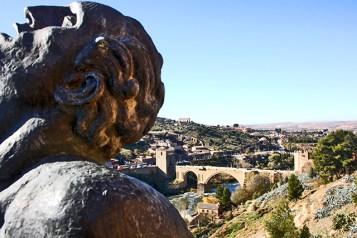 El escarpado Tajo nos muestra el Museo Victorio Macho contemplando el Puente de San Martin