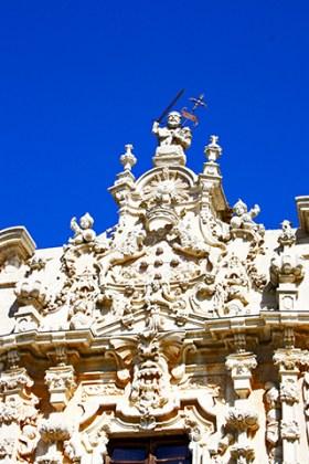 Decoración esculturas estilo herreriano fachada principal Monasterio Uclés Cuenca