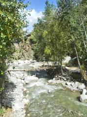 Bajada río Ourika puente madera piedras Valle Ourika Marruecos