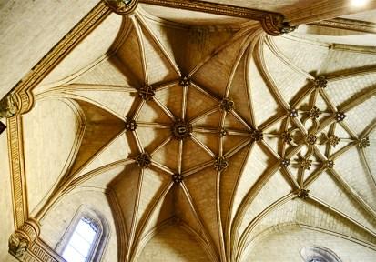Arcos nave pilares decoración dorada Colegio San Gregorio Valladolid
