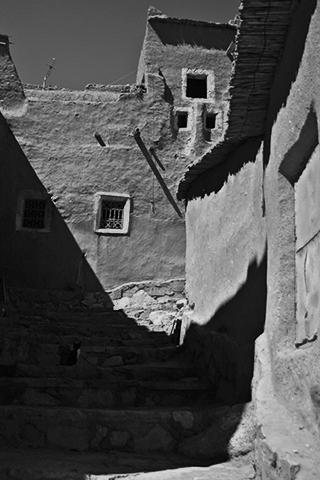 Interior calles Kasbah blanco y negro Ouarzazate Marruecos